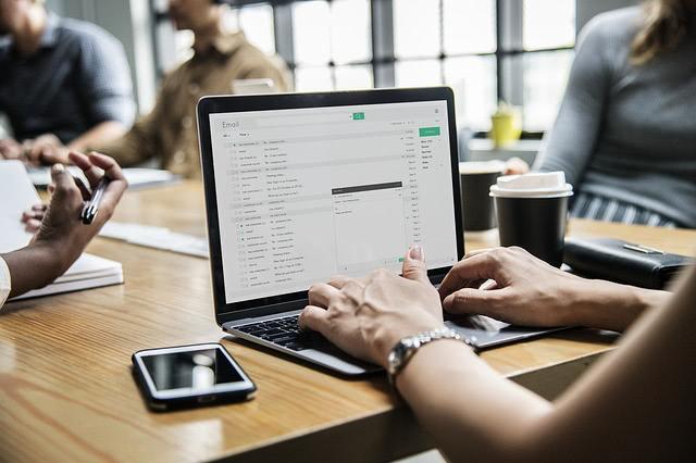 Person vor dem Laptop, Email-Programm geöffnet